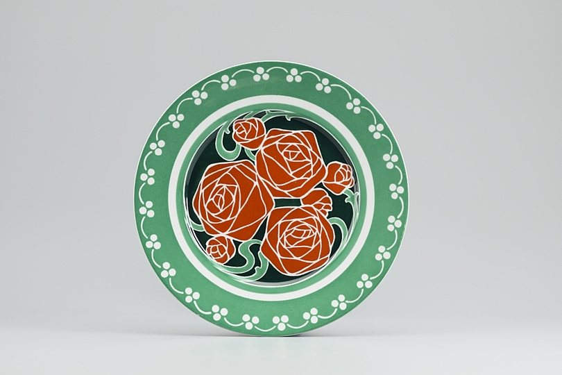 Hans Christiansen´s Jugendstil: Decorated plate with rose decorations, 1900/1901, Private collection Photo: Gregor Schuster.