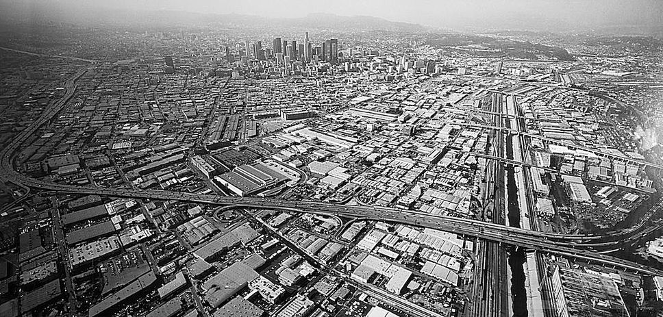 Landscape in my Mind: Balthasar Burkhard, Stadt – L.A., 1999, black & white photography, 135 x 275 cm. Edition: 1/3 © Estate of Balthasar Burkhard 2014 Photo: Sammlung HypoVereinsbank, UniCredit Group